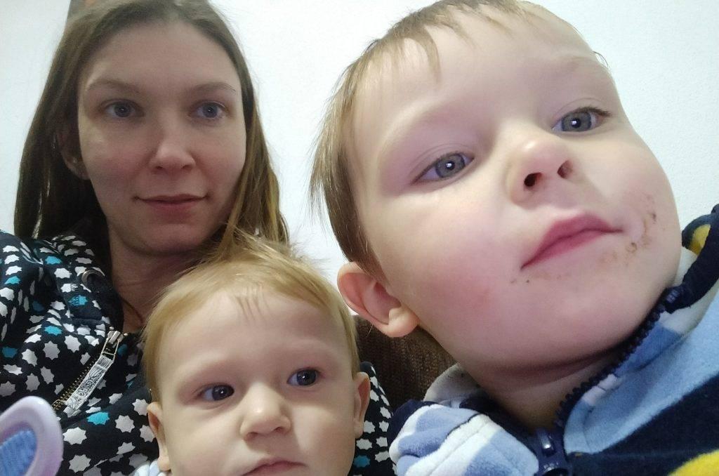 Realita na materskej dovolenke: mikina, neupravené vlasy, žiadny make-up a deti zavesené na vás.