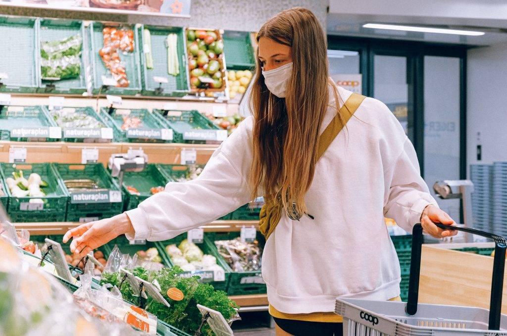 čistá rúčka nákupného košíka, ako to zabezpečiť a zvýšiť šancu vyhnúť sa korona vírusu v obchode?