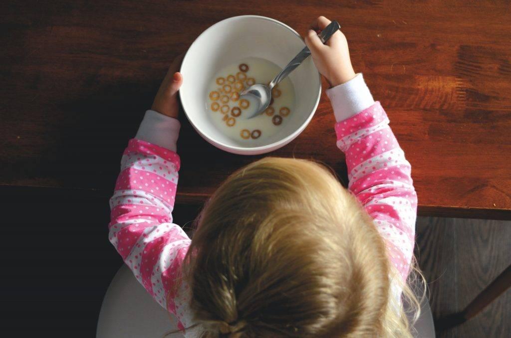 Emocionálne jedenie u detí je konzumovanie jedla keď necítime hlad. Najčastejšie slúži na potlačenie emócií.